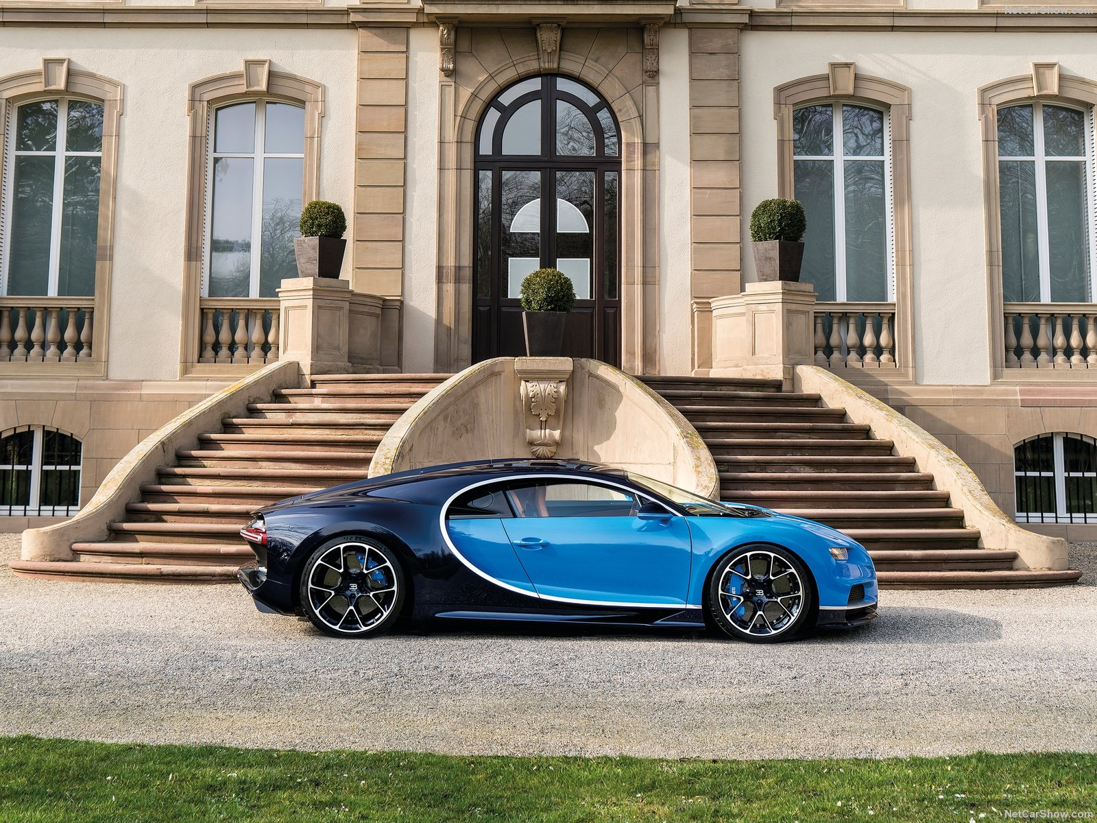 Bugatti-Chiron_2017_1600x1200_wallpaper_10