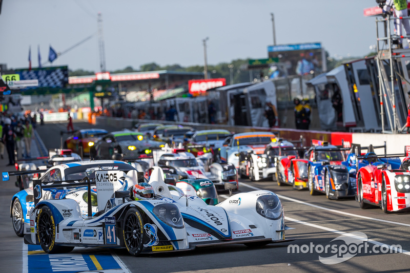 Cars line up in pit lane for Saturday warm-up